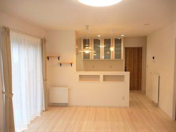 可愛いらしいリビングです。<br>1階の床はホワイト系の床を使用し、お部屋全体を明るく飽きの来ない可愛いリビングになりました。