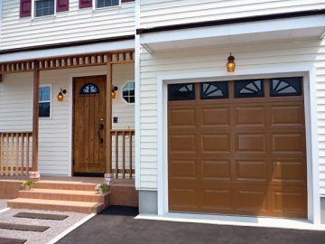 玄関ドアに合わせてシャッターも塗りました<br>もともと白のシャッターを塗りオリジナルに、カバードポーチの木はあえてクリヤーの防腐剤で塗装です。