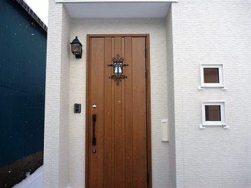かわいい玄関ドア<br>格子が付いた小窓付の玄関ドアです。