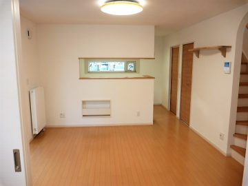 リビング<br>清潔感のある白いクロスに明るい床やドアで、家族団らんのリビング