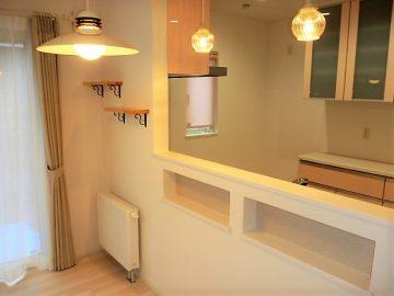 キッチン前の飾り棚やニッチ<br>お客様セレクトのキッチン前のペンダント照明が私的にツボです。( ´∀` )<br>飾り棚やニッチもつけました。