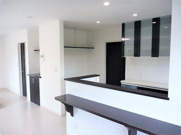 リビングその2<br>キッチンの横には大型の冷蔵庫を入れるスペースがあります。