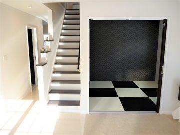 くつろげる和室<br>半畳は白と黒千鳥柄です。ポイントのクロスもいい感じです。