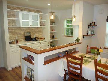 キッチン後ろ部分は得意の造作で仕上げました。<br>造作は当社の得意とする所で、お客様にヒアリングをして、キッチン後ろの部分を図面にして打ち合わせしました。扉も造作して可愛いガラスも使用しました。ニッチや飾り棚もいい感じです。