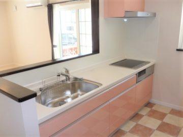 カワイイキッチン<br>かわいいピンクのキッチンはリクシル製で、人造大理石のトップもいい感じです。<br>床はイタリアンタイルを張りました。