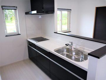 シックなキッチン<br>落ち着いた雰囲気のキッチン、ここの建物は基本白黒の建物で落ち着きます。