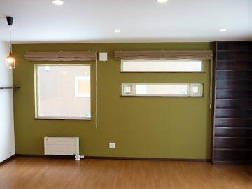 リビングその2<br>ダイニングテーブルを置いたりする所に大きな窓を、TVを置くところには横長の窓を、CDラックも作りました。