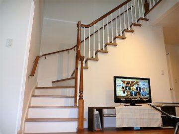 ご自慢+圧巻の階段です。<br>今回のこだわり部分の一つ階段です。輸入の木製手摺を使用し塗装しました。腕のいい大工さんのおかげで完成しました。大工さんは本当に凄いですね。有難う御座いました。