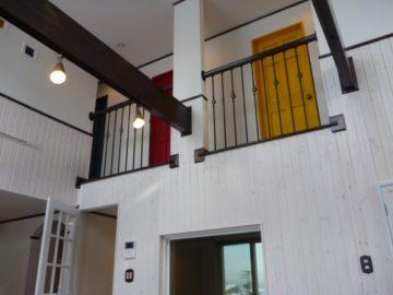お父さんこだわりの…<br>2階の子供部屋のドアは本物の木製ドアを使い古いドアにすべく塗装すること3~4度<br>赤青黄緑のアンティークドアを作成