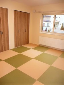 カラフルな半畳畳<br>和室には、千鳥で半畳畳を敷きました。<br>畳いいですね。