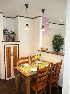 ダイニング<br>手作りのダニングテーブルに、ペンダント照明、奥の収納は掃除機などを入れたりできるように、上部は写真なども飾れます。