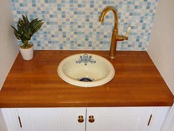 トイレ部分の造作手洗い器です。<br>トイレ部分の手洗い器はまたまた得意の造作で洗面ボールや水栓、ハンドルも自由にお選びいただけます。下の部部にはパイン材を使った框扉を付けました。タイル調クラスもいい感じ、