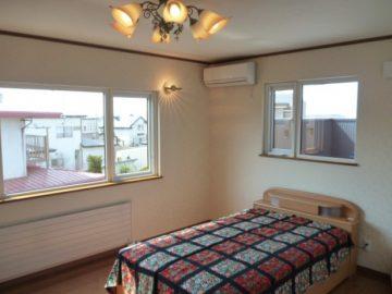 寝室です<br>落ち着いた寝室で照明もオシャレです。またわかりにくいですが窓の向こうは8帖の大型バルコニーが有、函館山が見えます。