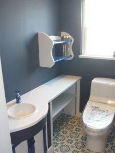 爽やかな青<br>WCの床はクッションフロアーを張りました。クロスも青、造作の下部扉付カウンターも青、本棚も青、う~ん爽やか。