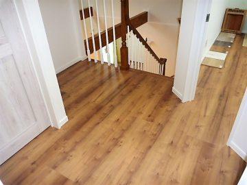 床材はリクシルさんで決まり!<br>無垢のフローリングもいいですが、最近はこんなフロアーもありますよ、どうですか?(笑)